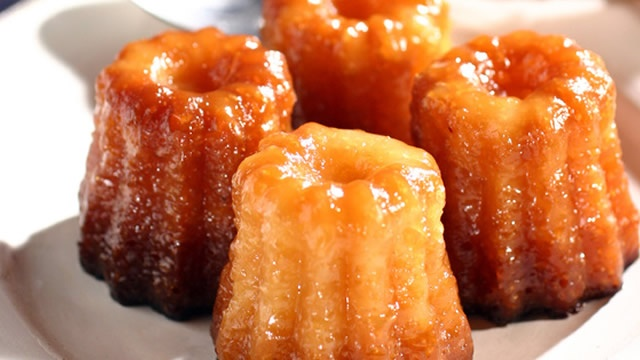 Cannelés de Noël _ http://www.cuisineaz.com/dossiers/cuisine/gourmandises-incontournables-noel-14728.aspx