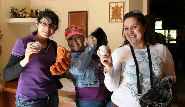 Guantes de béisbol hechos en el pueblo artesanal de Hualahuises NL México