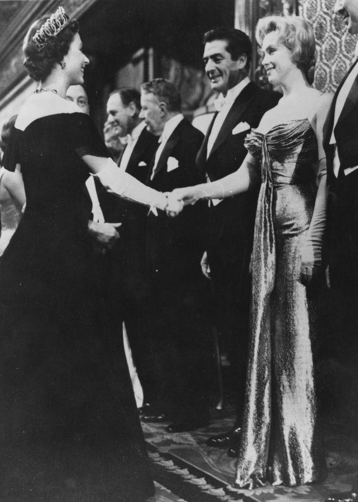 Getty%203360534                      La regina Elisabetta II stringe la mano a Marilyn alla presentazione della Battaglia di Rio della Plata