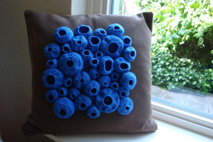 Kussen met gehaakte ornamenten naar het idee van anderen op Pinterest www.mooimoos.nl