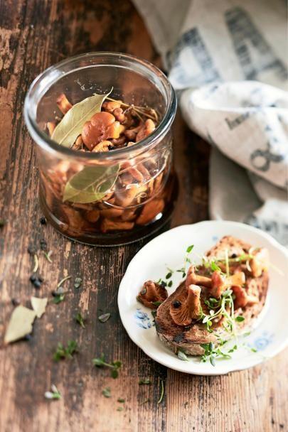Upota sienisaalis mausteliemeen ja nauti vaikka jo tunnin kuluttua! Pikkelöidyt sienet ovat mainio alkupala paahdetun leivän kera.