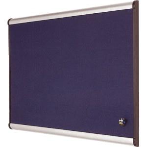 Tablero de anuncios NOBO con superficie de trama de rombos en acabado azul.  Con marco de aluminio y acabado de lujo.