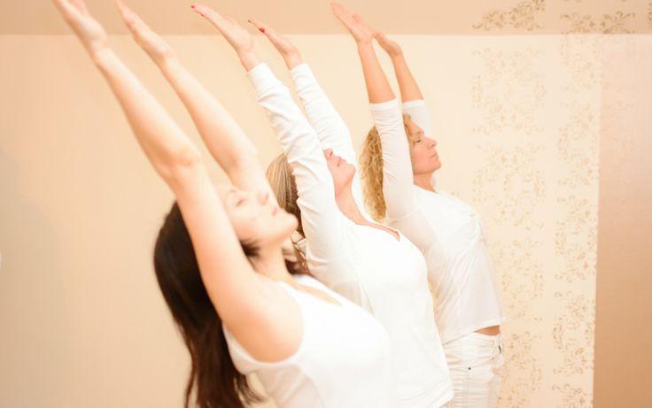 Jóga gyakorlatok / pózok: Napüdvözlet - surya namaskara jóga gyakorlat Jótékony hatásai megmutatkoznak a napi gyakorlás által: rugalmassá teszi a gerincet és az ízületeket, a mozdulat és légzés összhangja által erőteljes tisztító hatása van a légzőrendszerre és az egész testre. A folyamatos mozdulat hatására felgyorsul a prána (életerő) áramlása, ezáltal megszünteti az energiablokkokat.
