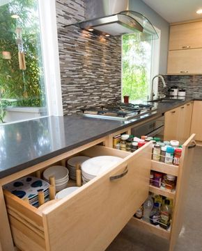 Modern ve farklı fikirlere sahip bir mutfak tasarımı. Büyük pencereler ortama ayrıca güzellik katıyor. #dekorasyon #dekorasyonfikirleri #dekorasyonönerisi #mutfakdekor #mutfakdekorasyon #mutfakstyle #marifetix #evdekorasyon #evdizayn