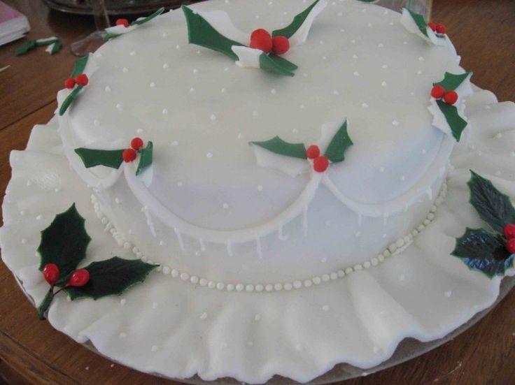 Torta nuziale di Natale bianca con pungitopo - Torta nuziale di Natale bianca decorata con glassa reale e pungitopo in pasta di zucchero