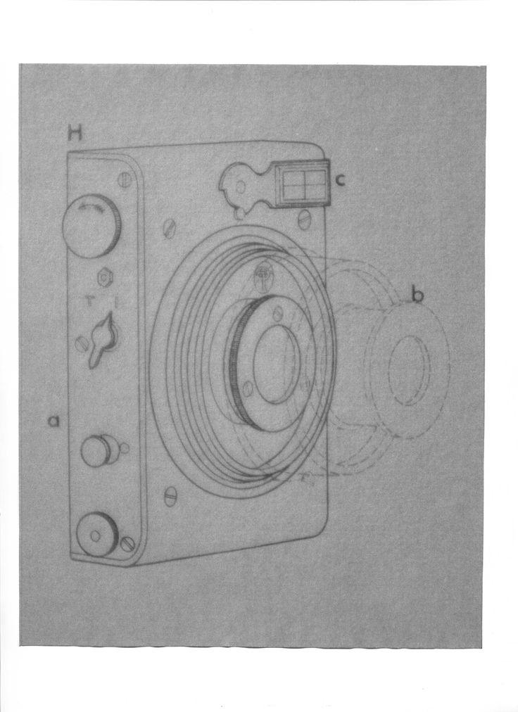 """1912. Limit Focal Plane de Thornton-Pickard. L'appareil comprend un obturateur à rideau, un objectif à tubes télescopiques, un viseur optique collimaté. Il reçoit des châssis 4,5x6cm pour plaques de verre ou des pellicules en rouleau . Armement de l'obturateur par bouton moleté. Déclencheur sur le boîtier. La maison Thornton-Pickard était spécialisée dans la fabrication d'obturateurs à rideaux.  Illustration  : 1978. Brian W. Coe """"L'appareil photo, une histoire illustrée"""". p. 125."""
