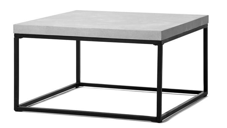 Soffbord med skiva i komposit med betongkänsla och vaxad yta, som är lättare och mer hållbar än betong. Underrede i lackerad metall.
