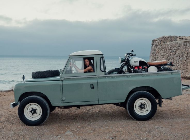 Attention, pas n'importe quel pick-up : un Land Rover Defender. Et pas n'importe quelle moto : un café racer customisé par Maria Riding Company. Et bien sûr, pas n'importe quelle « belle » : Carolina. Bref, un trio sublime pour finir l'année en beauté !