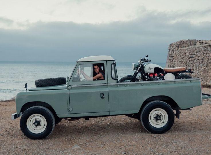 Attention, pas n'importe quel pick-up : un Land Rover Defender. Et pas n'importe quelle moto : un café racer customisé par Maria Riding Company. Et bien sûr, pas n'importe quelle « belle » : Carolina. Bref, un trio sublime pour finir l'année en beauté !