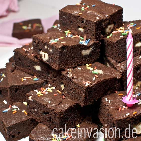 Brownies 425 g Schokolade, am besten eure Lieblings-Zartbitterschokolade 300 ml Öl, geschmacksneutral 6 EL Kakaopulver 350 g Zucker 3 Pck. Vanillinzucker 1/2 TL Salz 3 EL Milch 9 Eier 300 g Mehl