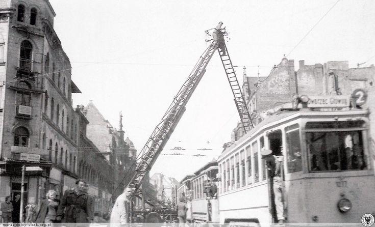 Rok 1947 Tramwaj linii nr 2 na ul. Piłsudskiego, na wysokości skrzyżowania z ul. Świdnicką. Widok w kierunku pl. Legionów.