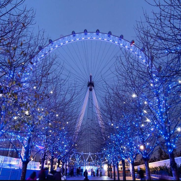 O frostival experience estará de volta esse ano as cápsulas de vidro da London Eye serão transformadas em  uma caverna de gelo com efeitos sonoros de rachaduras de gelo entre outras esculturas de gelo com cheiros de chocolate quente  e sons de uma brisa tudo para você ter uma viagem verdadeiramente agradável. De 15 de novembro á 04 de janeiro de 2016. Mais Dicas de Natal e inverno em Londres no blog _ link na bio @mirelletome  #londoneye #frosty #frostival #inverno #Christmas #winter…