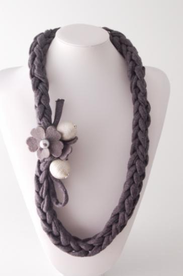 collana realizzata in filo di fettuccia collana in filo di fettuccia filo di fettuccia grigio,fiore di feltro,sfere di stoffa tecnica all'uncinetto