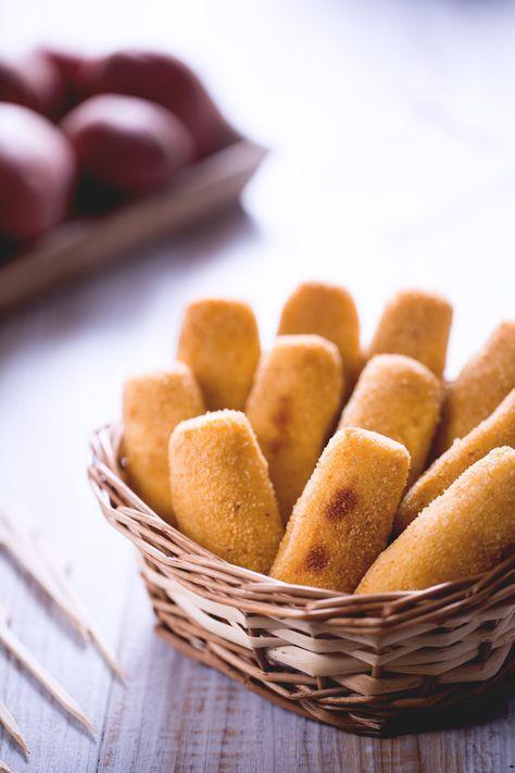 Oggi vi proponiamo la versione #light delle regine del buffet: #crocchette di #patate al forno, sfiziose e croccanti, vi conquisteranno al primo morso! ( #potato #croquettes ) #Giallozafferano #recipe #ricetta #potatoes #fingerfood