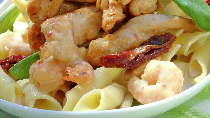 Når du har lyst på noe ekstra kos å spise bør du prøve denne kyllingretten med scampi og kremet pasta.