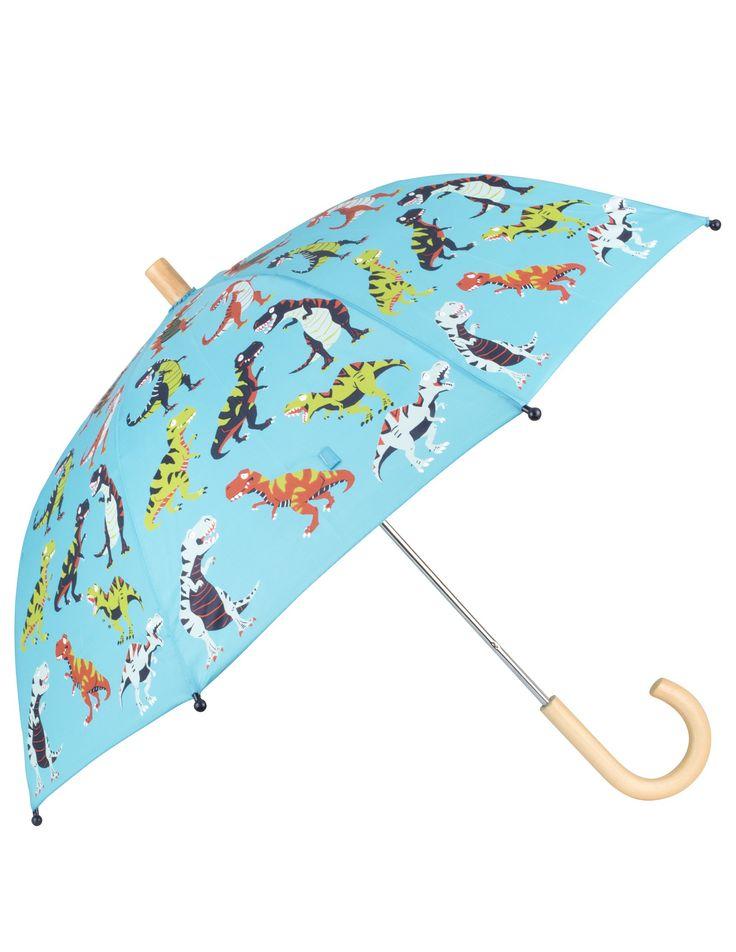 Blauwe regen kinderparaplu van het merk Hatley  Deze stevige licht blauwe regenparaplu speciaal voor kinderen heeft een print van Dino's. De paraplu heeft een stevig houten handvat, het doek is van 100% polyester.