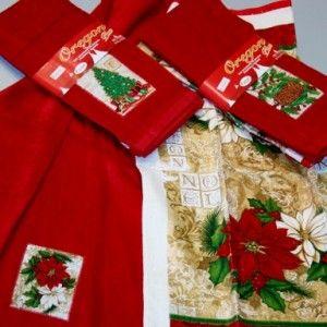 Coppia di asciugamani da cucina in spugna 100% cotone con fantasie natalizie. Misura cm 45×70. Uno dei due asciugamani è in tinta unita rosso con un'applicazione fantasia, l'altro è color avorio stampato con lo stesso disegno.