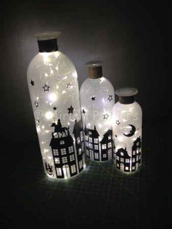 Ontworpen en gemaakt met de Silhouette Cameo voor de Sinterklaastijd. Flessen met daarin kerstlampjes op ijzerdraad.  En als de Sint weer het land uit is... kunnen de Sint en de Pieten gemakkelijk er af gehaald worden en er een Kerstthema aan gegeven worden!