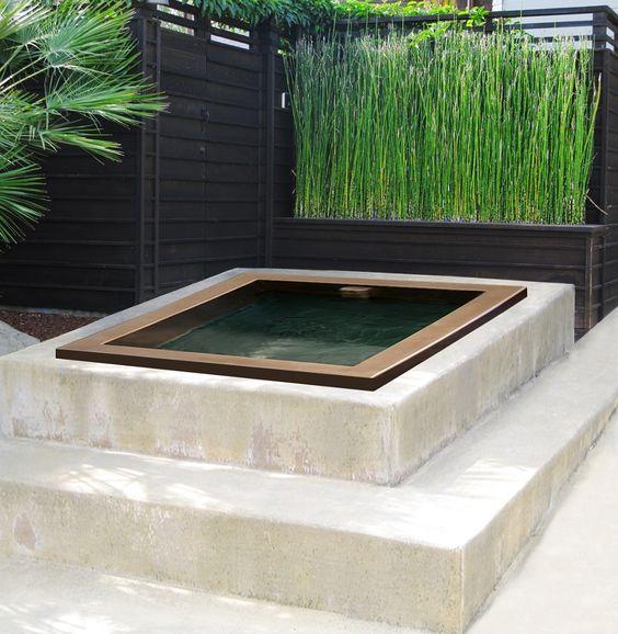 Une mini piscine installée sur des marches en pierre.