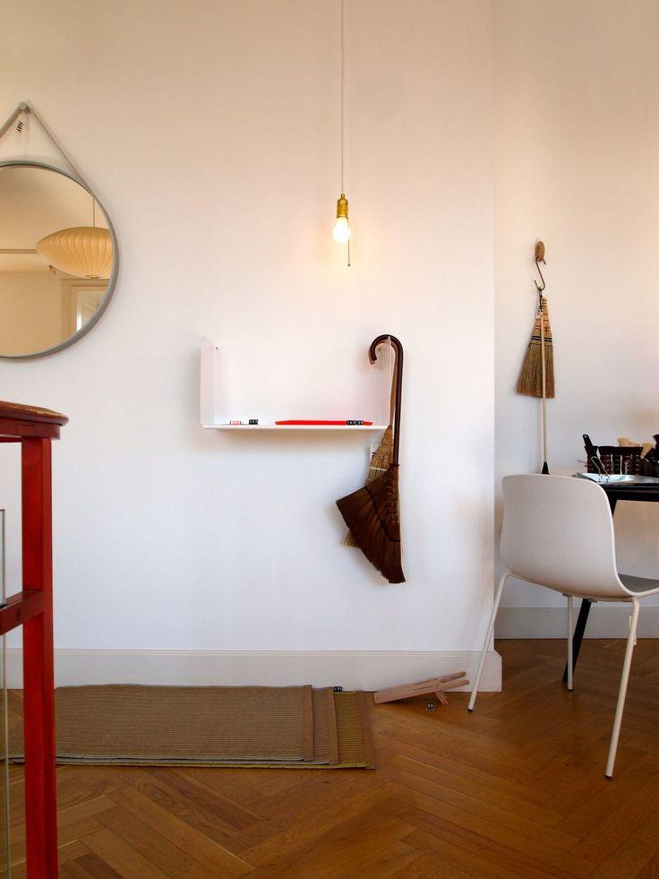 Twee spiegels Grundtal boven een dubbele wastafel. Leuk en stoer alternatief is de spiegels ophangen met leren riemen.