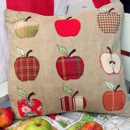 Free applique pattern - great way to use up fabric scraps - inspired by apples in my garden. Really quick and easy - it's all machine applique. Blogged here where you can download the free pattern: bustleandsew.blogspot.com/2011/08/appley-dappley-applique...