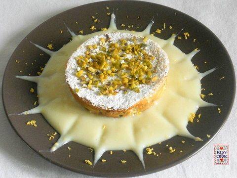 La torta di ricotta con crema al limone, senza burro né farina, è facilissima da preparare.