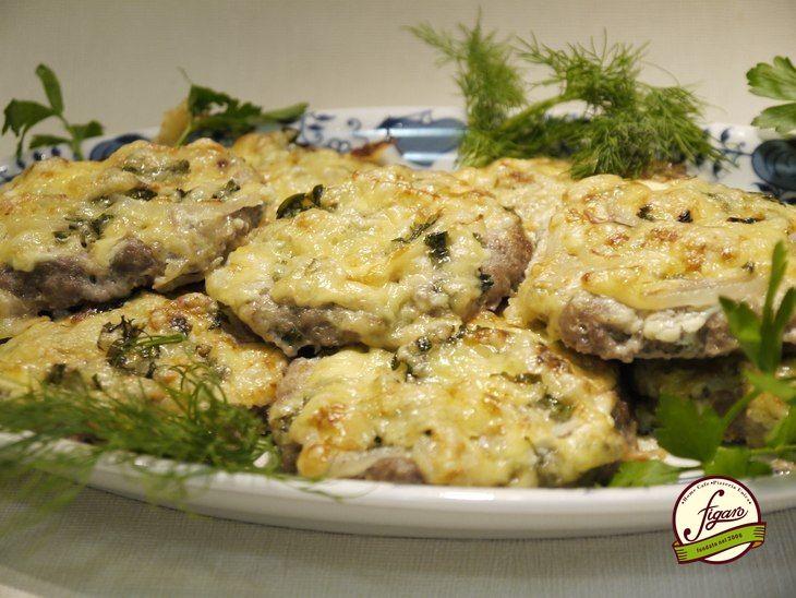 #ГотовимДома мясные блинчики Ингредиенты: 500 г. - фарша 1 луковица - для фарша 1 шт.- яйцо Соль, молотый перец - по вкусу 100 г. - сметаны 1 шт.- луковица (кольцами) пучок зелени 100 г. - твердого сыра Приготовление: Шаг 1 Фарш смешать с измельченным луком, солью, перцем и яйцом. Шаг 2 Сделать из фарша небольшие плоские лепешки толщиной 0,5 см. Лепешки выложить на противень, застеленный пекарской бумагой. Шаг 3 Каждую лепешку смазать сметаной, выложить сверху колечки лука, посыпать мелко…