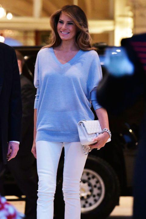 Она выбрала порошок синий кашемировый свитер и белые узкие джинсы, чтобы присутствовать на просмотре партии Суперкубок на & NBSP; Международный гольф-клуб Трампа в Палм-Бич.