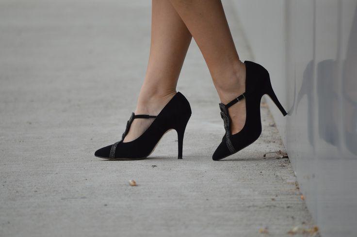 Magníficos zapatos de ante con tacón y aplicaciones de strass formando un nudo