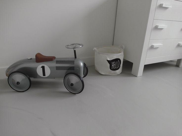 Gietvloer kinderkamer Deze gietvloer is geplaatst in een kinderkamer in Den Bosch. #gietvloer #grijs #wit #kinderkamer