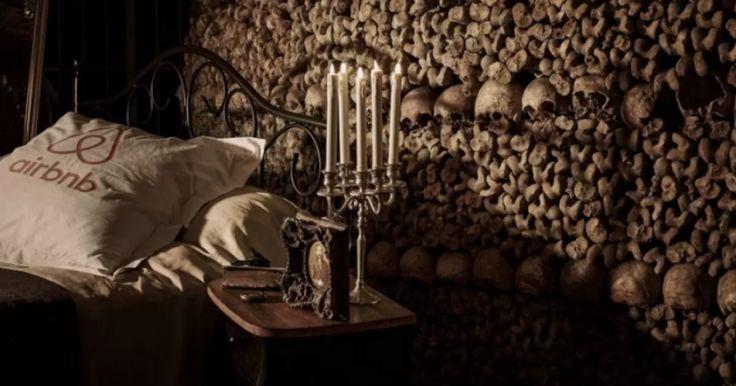 Catacombe in Parijs (Foto: www.airbnb.nl) De catacomben van Parijs zijn gigantische ondergrondse doolhoven. Met maarliefst zes miljoen lijkenstaat het bekend als 's werelds grootste graf. Speciaal voor Halloween worden de deuren via Airbnbeenmalig
