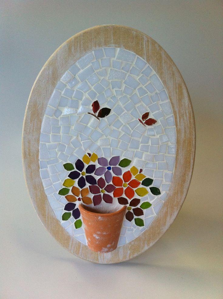 Traga a primavera para perto de você! Quadrinho oval com muitas flores coloridas em mosaico, todas charmosamente arranjadas dentro de um vasinho de cerâmica. A moldura é em mdf com uma leve pátina em branca. <br>Tamanho: 20 x 30 cm