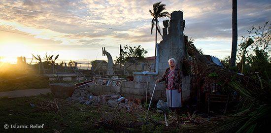 Islamic Relief verteilte kurz nach Haiyan Nahrungsmittel und Zelte. Nun geht es der Organisation um die Sicherung der Lebensgrundlagen für die Bevölkerung – sie soll besser vor Katastrophen geschützt werden. Islamic Relief konnte mit Ian Christopher G. Escario, dem Bürgermeister der Gemeinde Bantayan auf der gleichnamigen Insel sprechen.