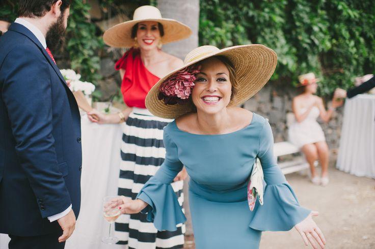 Elegantes, divertidos y favorecedores sombreros para una boda al aire libre a mediodía. Ideas para el look de invitadas Un anillo para Eva. https://www.unanilloparaeva.com