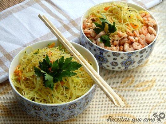 Bifum ao curry com vegetais e camarões