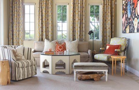 Birbirinden farklı ama uyumlu koltuklarla, küçük bir oturma odası ferah ve geniş bir yaşam alanına dönüştürülmüş #dekorasyon #dekorasyonfikirleri #dekorasyonönerisi #dekorasyonönerileri #dekorasyononerisi #oturmaodası #oturmaodasi #marifetix #marifetix.com