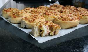 Ham Kaas Uienbroodjes. Zelfgemaakte broodjes met een lekkere vulling. Heerlijk voor bij een picknick, op een buffet of bij een kopje soep.