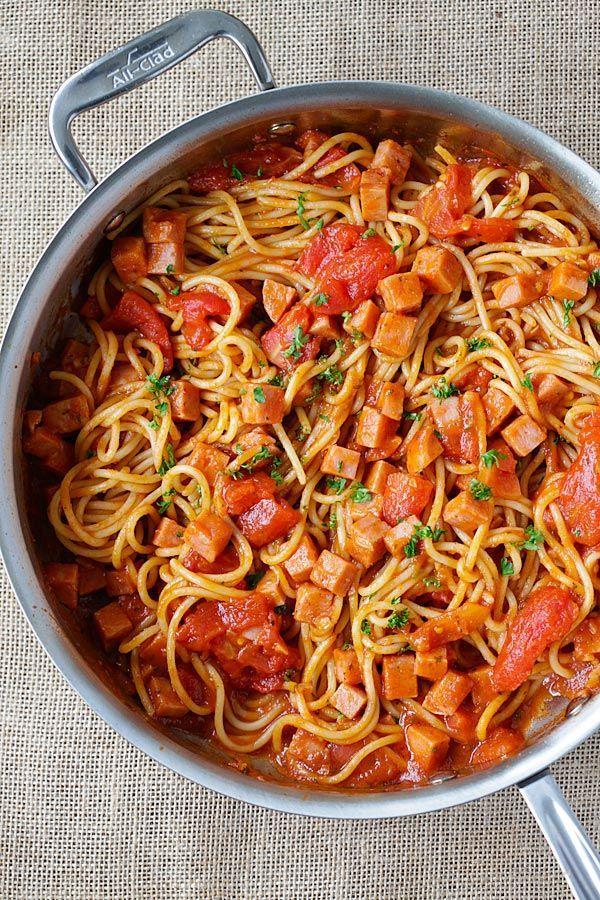 20分でOK!にんにく風味にハマる「トマトとスパムのパスタ」のレシピ - macaroni