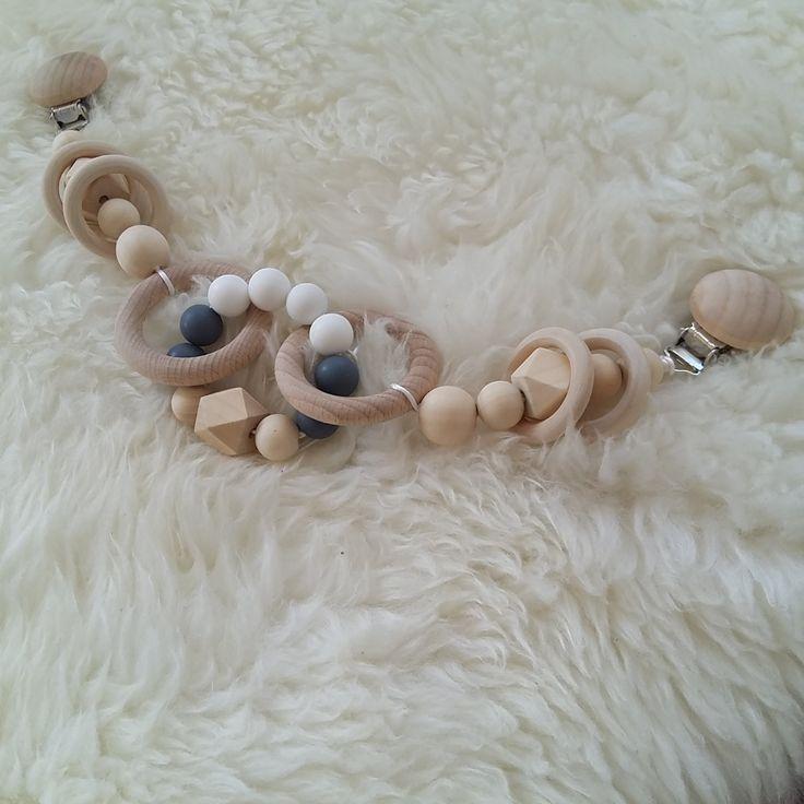 Kindrwagenkette neutral .. monochrome .. nordic design ... pram chain .. Silikon perlen holzperlen und häkelperlen von LuLisMade auf Etsy