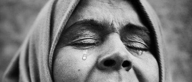 Sociaal-Maatschappelijk Lezen: Vlak bij het Franse Duinkerken verblijven op dit moment meer dan drieduizend vluchtelingen in de modder. Er is gebrek aan alles - tenten, kleding, medicijnen, eten en drinken. Lezen: Met Stephan Vanfleteren portretteer ik twee bewoners. Wat het meest opvalt? Ze houden ondanks schurft en onderkoeling de moed erin.