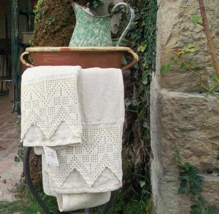 Teli Bagno Trina  Coppia di teli da bagno tessuti a mano con telai tradizionali, in cotone-canapa. In particolare la Trina, in cotone, è lavorata all'uncinetto.  #artigianato #madeinitaly #tessitura #trina