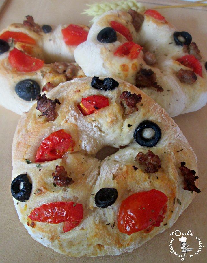 Ciambelle di pizza con olive pomodorini e salsiccia