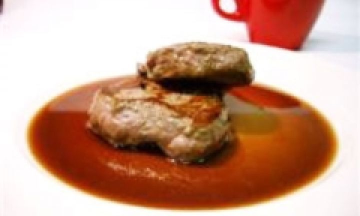 Eye fillet steaks with red wine sauce - Kidspot