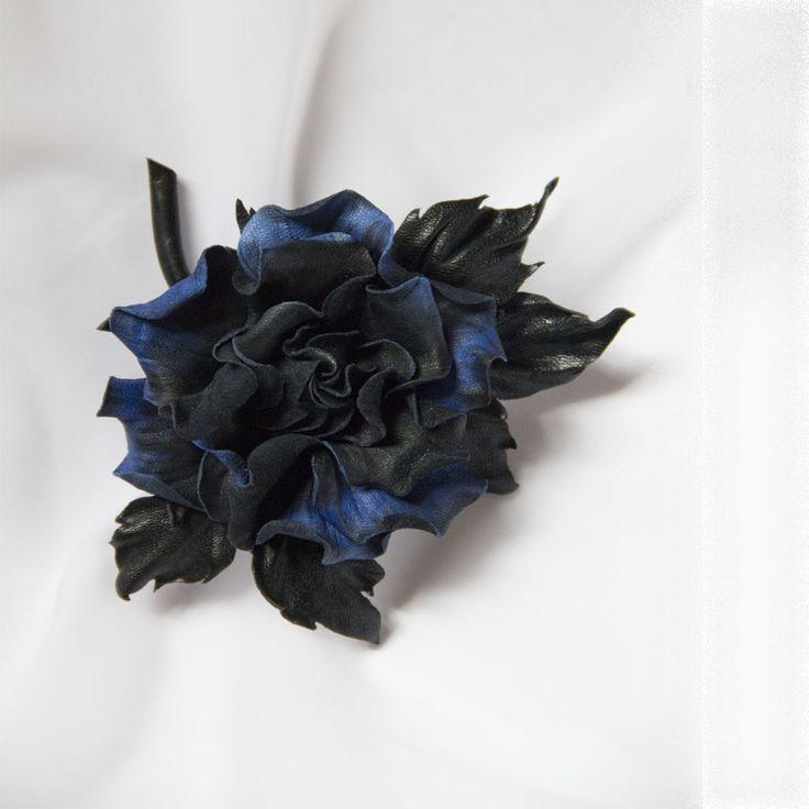 Брошь из кожи. Роза из кожи. Нежная легкая розочка сделана из итальянской мягкой кожи. Окрас кожи с переходом от темно-синего до сапфирового. Листья сделаны из более жесткой кожи, это позволит прочно держать брошь на изделии. Брошь украсит как повседневный наряд, так и дополнит праздничный образ…
