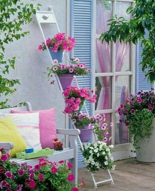 Lindas macetas que decoran y alegran una parte del jardin.