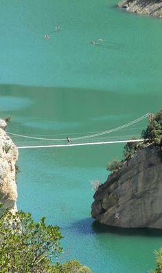 Puente suspendido en la ruta de las Pasarelas de Montfalcó (Aragón). #viajar #viajes #aragon #españa