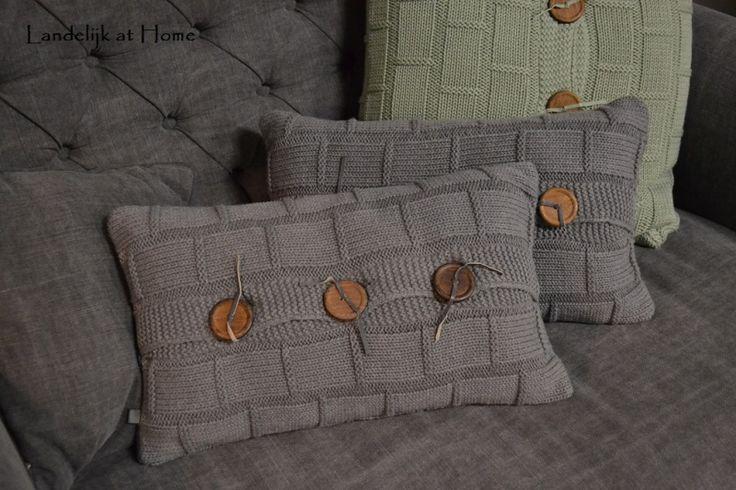 Mooie antracietkleurige gebreide kussens met knopen | ~ Kussens | Landelijk at Home