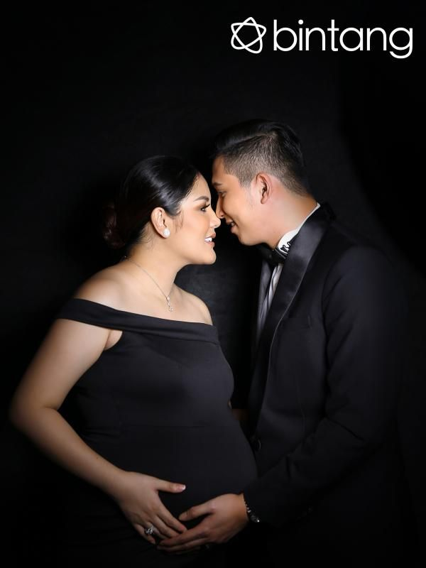 Usia kehamilan Anindia Yandirest Ayunda atau yang akrab disapa Nindy Ayunda sudah memasuki sembilan bulan. Artinya, di tahap akhir kehamilannya itu, Nindy hanya tinggal menghitung hari, kapan sang buah hati akan lahir. Rencananya, pelantun 'Buktikan' itu akan melahirkan secara caesar pada tanggal 10 bulan 10 pukul 10 lebih 10. Nindy ingin tanggal kelahiran anak keduanya itu cantik lantaran ia lahir di tanggal 10.  Stylish: Erich Busana: Paul Frank Fotografer: Nurwahyunan Digital Imaging…