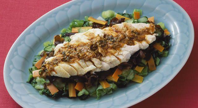 蒸し鶏の中華風サラダのレシピ。材料は鶏むね肉など。作り方だけでなく、全レシピにカロリーや栄養価情報つきでダイエットや健康管理に便利!蒸し鶏の中華風サラダの簡単おいしいプロの技やコツも!