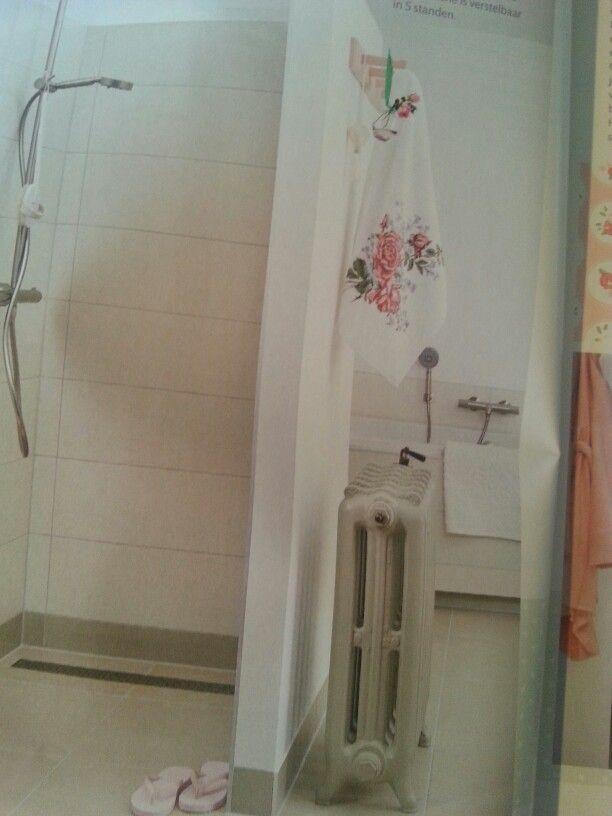 Crème badkamer met als accent Engelse roos